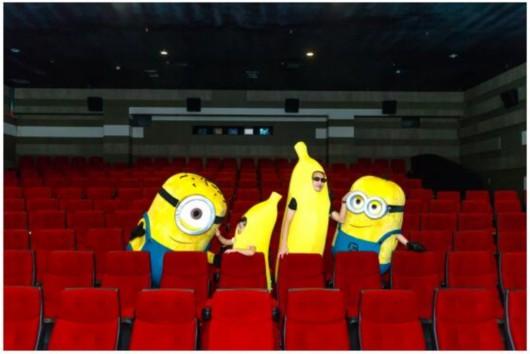 狂热粉丝扮香蕉人看小黄人首映